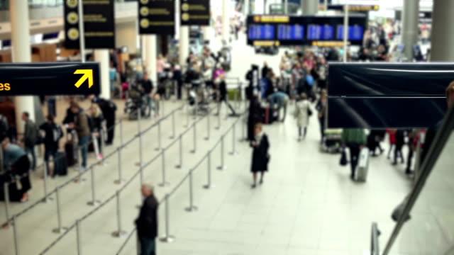 am flughafen-zeitraffer - flugpassagier stock-videos und b-roll-filmmaterial