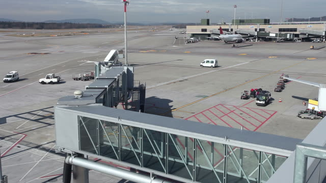 vídeos de stock e filmes b-roll de no aeroporto - pista de aterragem