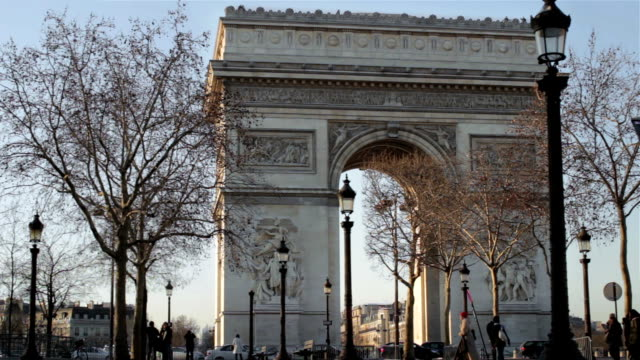 at the arc de triomphe - fast motion - triumphal arch stock videos & royalty-free footage