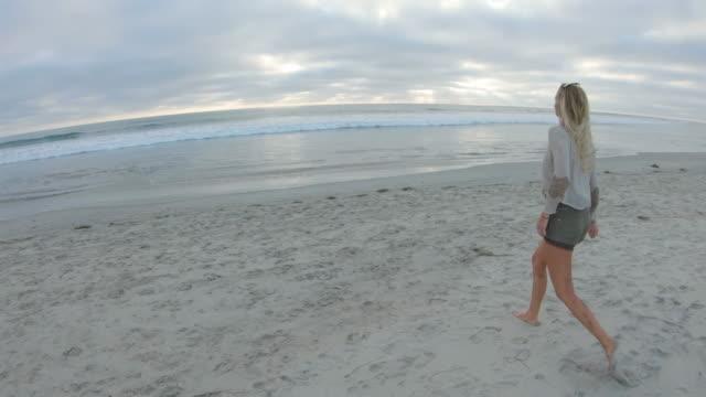 stockvideo's en b-roll-footage met op het strand - huppelen