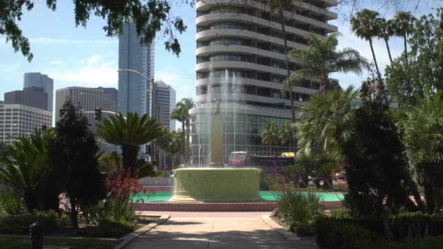 vídeos y material grabado en eventos de stock de at the corner of santa monica and wilshire blvd stands a beautiful historical fountain that flows day and night as joggers pass and commuters drive... - lugar famoso local