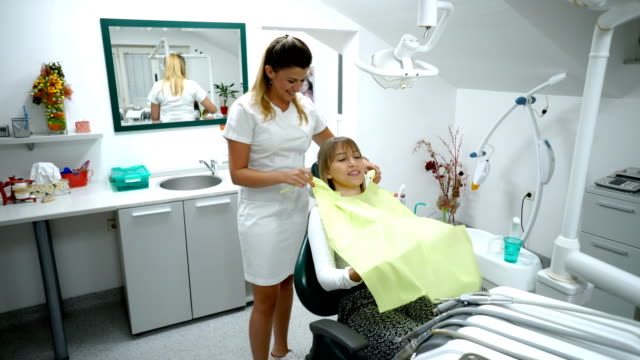 bei der zahnarzt - zahnarzt stock-videos und b-roll-filmmaterial