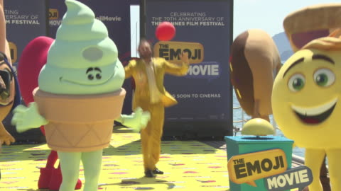 stockvideo's en b-roll-footage met at 'the emoji movie' stunt at the 70th cannes film festival on may 17, 2017 in cannes, france. - internationaal filmfestival van cannes