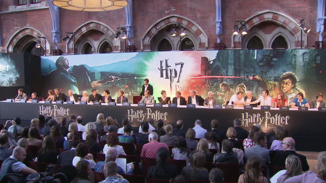 vídeos de stock e filmes b-roll de atmosphere at the harry potter the deathly hallows part 2 press conference at london england - conferência de imprensa