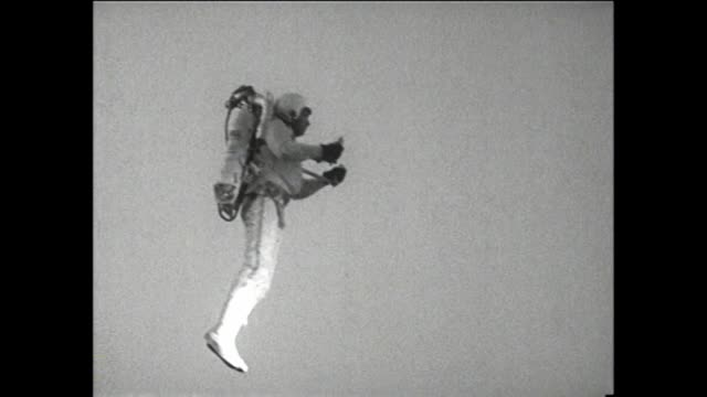 at the hollywood premiere of the movie those magnificent men and their flying machines june 3 1965 rocket man 1965 man flies around parking lot with... - filmpremiere stock-videos und b-roll-filmmaterial