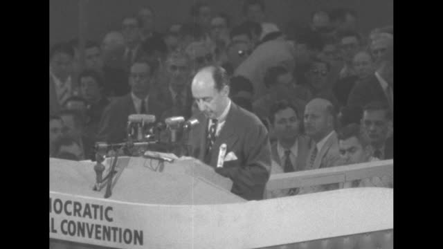 vidéos et rushes de at the international amphitheatre in chicago adlai stevenson continues his acceptance speech for nomination as democratic party's candidate for... - adlai stevenson