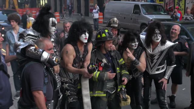 stockvideo's en b-roll-footage met kiss at the 'late show with david letterman' studio in new york ny on 10/10/12 - gene simmons