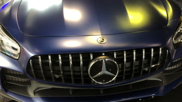 at the mercedes-benz museum in alabama, usa - mercedes benz markenname stock-videos und b-roll-filmmaterial