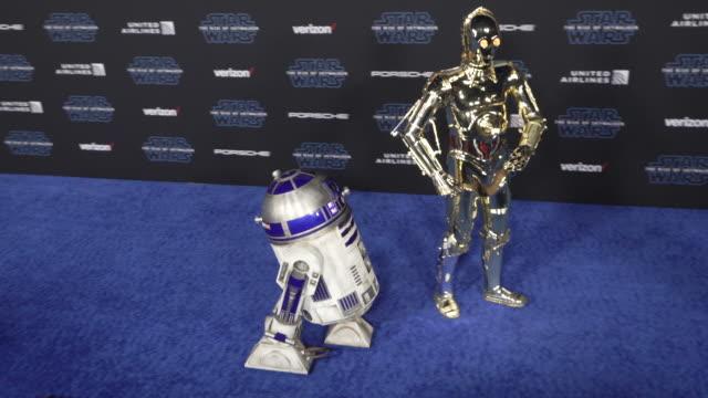 vidéos et rushes de d2 c3po at the premiere of disney's star wars the rise of skywalker - star wars titre d'œuvre