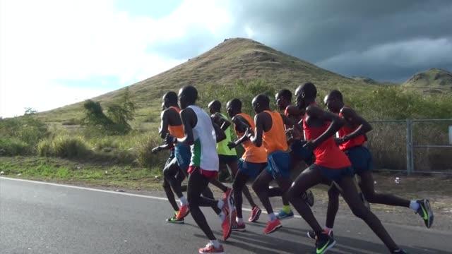 at the san blas halfmarathon in puerto rico elite runners lead the way up hill just outside coamo - salmini 個影片檔及 b 捲影像