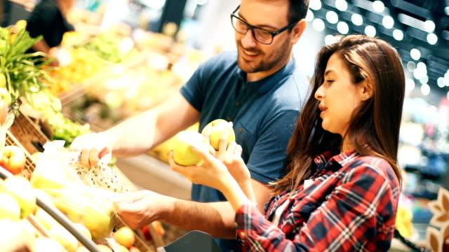 スーパーで - 生鮮食品コーナー点の映像素材/bロール