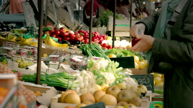 stockvideo's en b-roll-footage met at the vegetable stand - markt