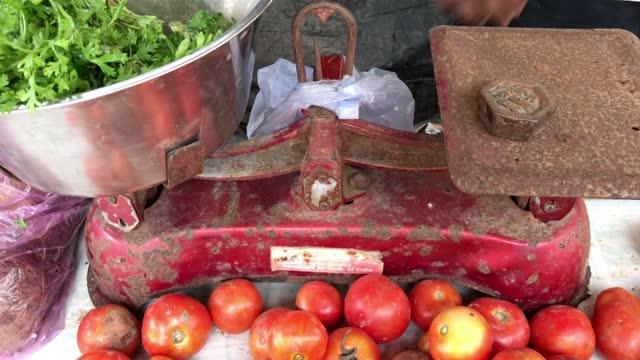 vidéos et rushes de chez le vendeur de légumes - balance