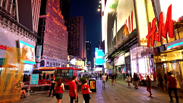 h&m at time square - mitteilung stock-videos und b-roll-filmmaterial
