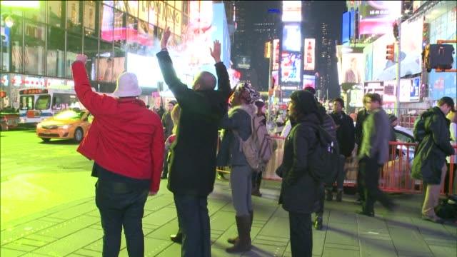 stockvideo's en b-roll-footage met at times square on december 03, 2014 in new york city. - menselijke arm
