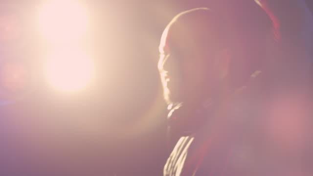 vídeos de stock e filmes b-roll de dj no trabalho - braços no ar