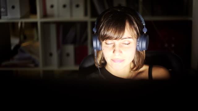 vídeos de stock e filmes b-roll de no trabalho com música - bater com a cabeça