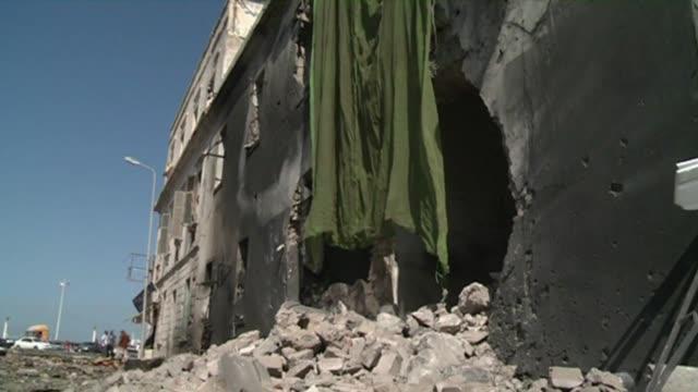 Atentado con coche bomba contra edificio oficial en ciudad libia de Bengasi VOICED Coche bomba explota en Libia on September 11 2013 in Benghazi Libya