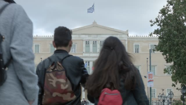 athens 4k raw footage - people at syntagma square, plaka, ermou street, monastiraki, greek parliament - telephoto lens - athens greece stock videos & royalty-free footage