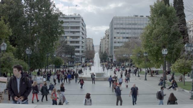 athen 4k rohmaterial - menschen am syntagma-platz, plaka, ermou street, monastiraki - athens greece stock-videos und b-roll-filmmaterial