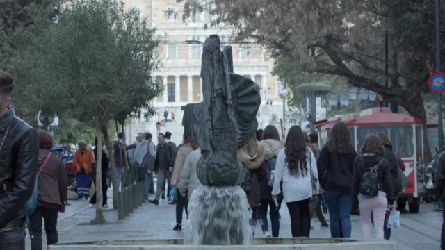 athen 4k rohmaterial - menschen am syntagma-platz, plaka, monastiraki, ermou street griechische parlament - tele-objektiv - griechenland stock-videos und b-roll-filmmaterial