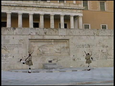 vídeos y material grabado en eventos de stock de atenas: cambio de la guardia: evzones protecciones en el parlamento. grecia - parliament building