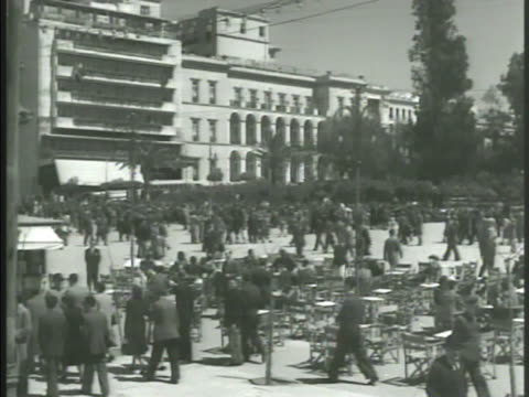 vidéos et rushes de athens city mountains bg vs crowded square pedestrians people at tables vs families at tables reading newspaper elderly men sitting in outdoor cafe... - athens greece