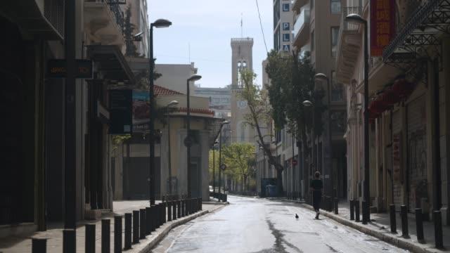 vídeos y material grabado en eventos de stock de athens, greece - a pedestrian walks at central street during coronavirus - covid-19 lockdown, 4k. - neumonía