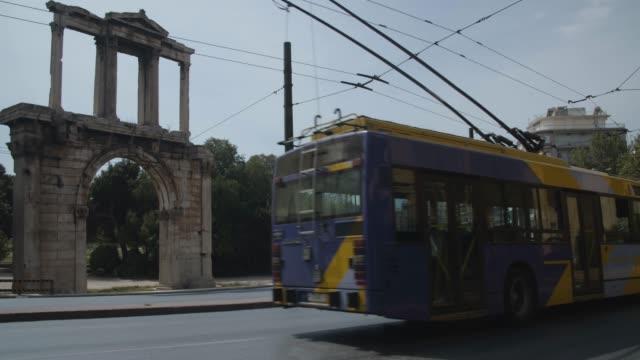 vídeos y material grabado en eventos de stock de athens, greece - bus driving by andrianou gate at central avenue during coronavirus - covid-19 lockdown, 4k. - neumonía