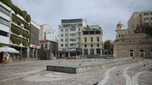 vídeos y material grabado en eventos de stock de athens, greece - monastiraki square during coronavirus - covid-19 lockdown, 4k. - neumonía