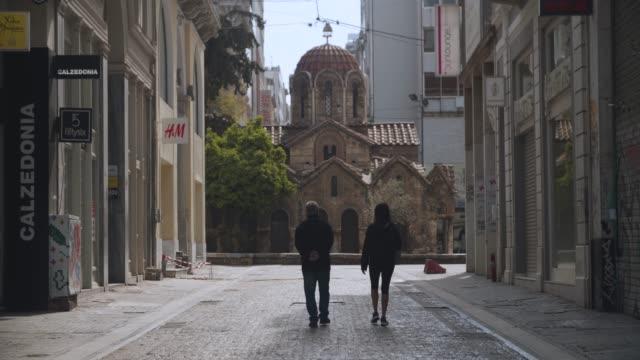 vídeos y material grabado en eventos de stock de athens, greece - pedestrians walk at central street during coronavirus - covid-19 lockdown, 4k. - neumonía