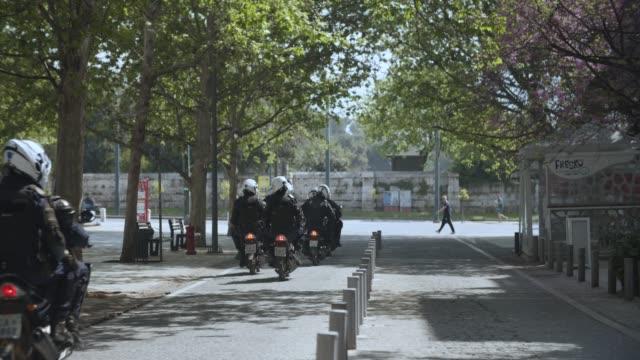 vídeos y material grabado en eventos de stock de athens, greece - police patrol during coronavirus - covid-19 lockdown, 4k. - neumonía