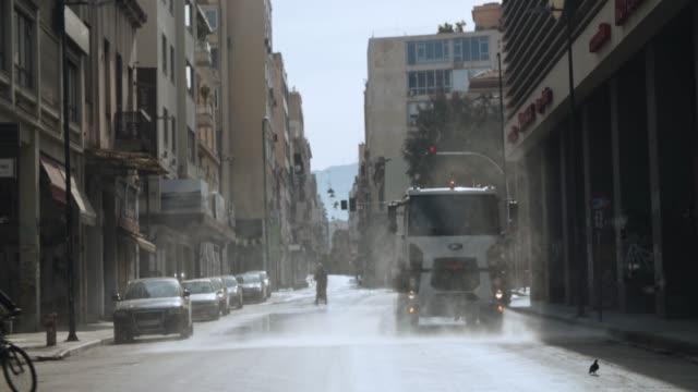 vídeos y material grabado en eventos de stock de athens, greece - truck cleaning central street during coronavirus-covid-19 lockdown measures, 4k. - neumonía