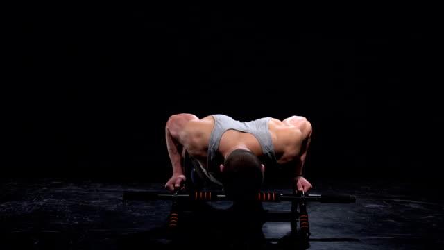vídeos y material grabado en eventos de stock de atleta haciendo flexiones - entrenamiento sin material