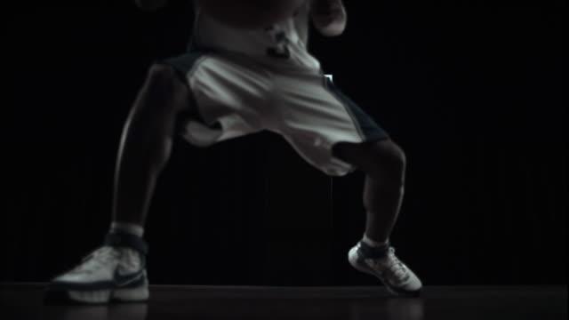 vídeos y material grabado en eventos de stock de  ws slo mo athlete dribbling basketball / beaverton, or, usa - canasta de baloncesto