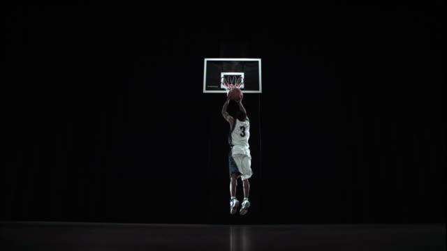 vídeos y material grabado en eventos de stock de  ws slo mo athlete dribbling putting ball in basket / beaverton, or, usa - jugador de baloncesto