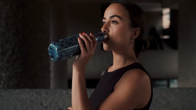 athlete drinking water from reusable bottle - water stock videos & royalty-free footage