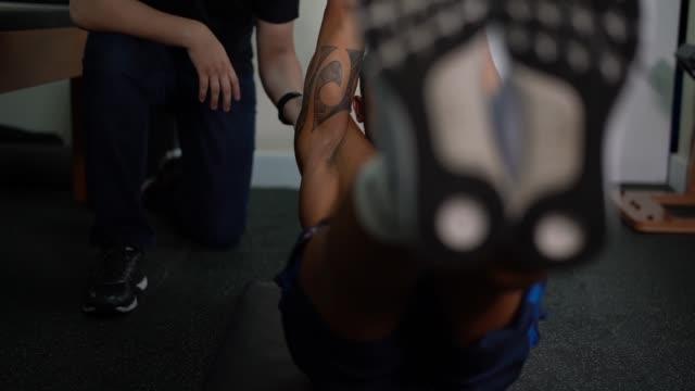 vídeos de stock, filmes e b-roll de atleta recebendo terapia física - physical injury