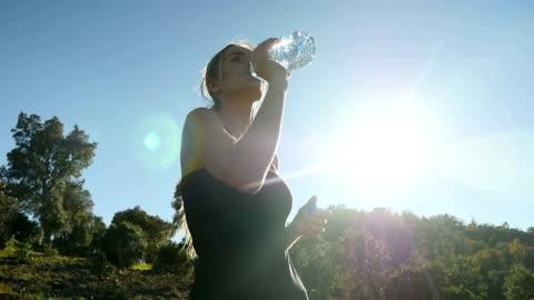 vídeos y material grabado en eventos de stock de atleta chica agua potable - botella