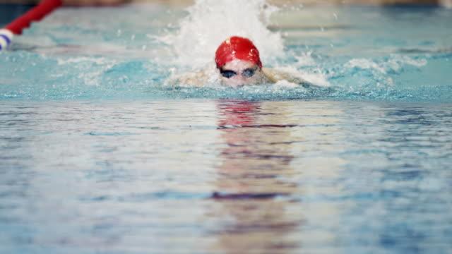 athlete in water - sichtbarer atem stock-videos und b-roll-filmmaterial
