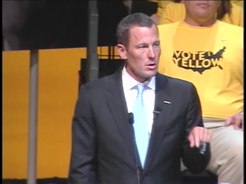 vídeos y material grabado en eventos de stock de athlete lance armstrong talks about the war against cancer at a town hall meeting in columbus, ohio, during a campaign stop for republican... - (war or terrorism or election or government or illness or news event or speech or politics or politician or conflict or military or extreme weather or business or economy) and not usa