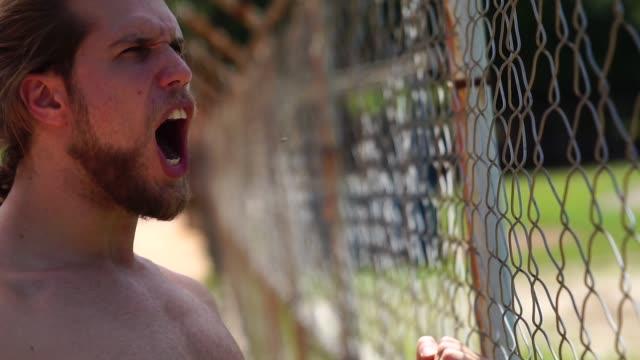 vídeos y material grabado en eventos de stock de hombre deportista viendo un partido en cerca de gradas - sin camisa