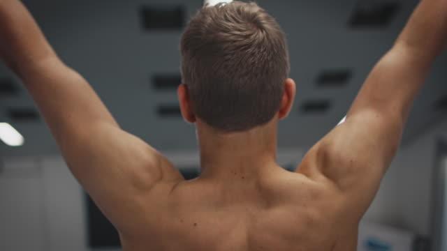 vídeos de stock, filmes e b-roll de atleta na plataforma de mergulho que prepara-se para o mergulho elevado - esporte aquático