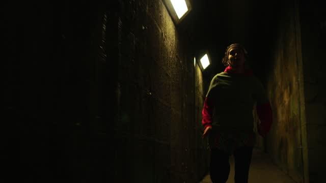 vídeos de stock, filmes e b-roll de atleta correndo à noite - running