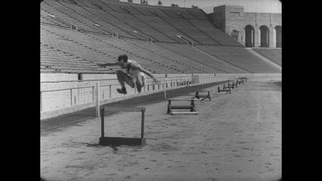 vidéos et rushes de 1927 athlete (buster keaton) struggles to jump over hurdles - échec