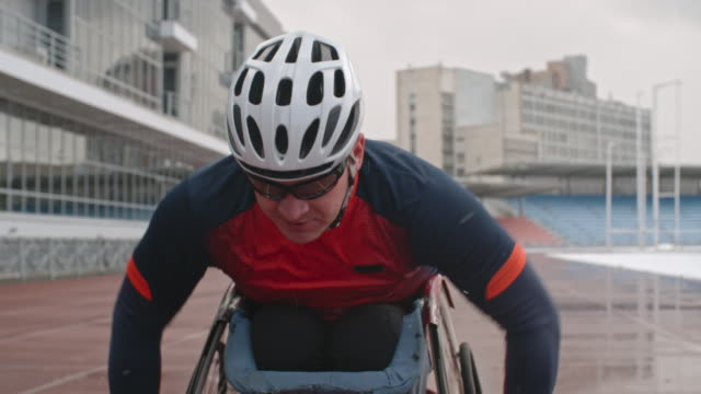 stockvideo's en b-roll-footage met athlete training in wheelchair racing - uithoudingsvermogen