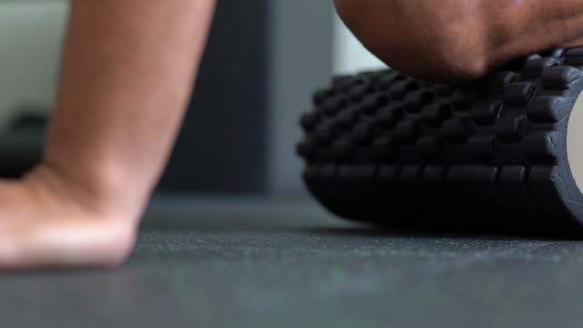 athlet mit schaumstoffrolle - stretching - menschlicher muskel stock-videos und b-roll-filmmaterial