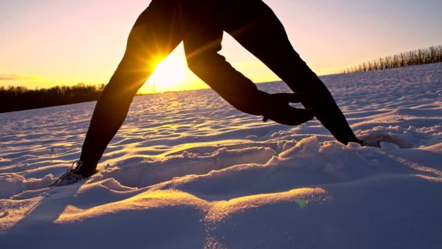 vídeos de stock, filmes e b-roll de ws atleta aquecimento na neve - raw footage