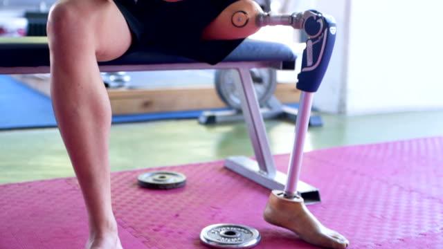 vidéos et rushes de athlète avec jambe prothétique à l'aide de téléphone - membre partie du corps