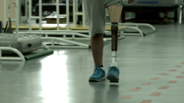 athlete with prosthetic leg - prosthetic equipment stock videos & royalty-free footage